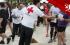 voluntarios de Cruz Roja ayudando a corredores