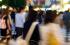 Clientes caminando por la noche en busca de tiendas