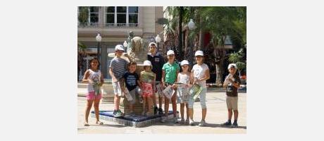 Niños posando con la Dama de Elche