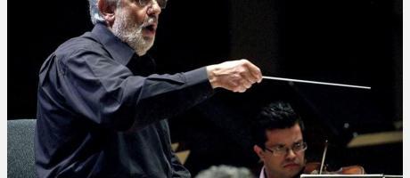 Imágen de Plácido Domingo con batuta en mano dirigiendo a la Orquesta