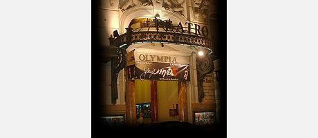 Fachada iluminada del Teatro Olympia de Valencia.