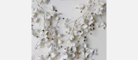imagen de una joya realizada en cerámica de color blanco