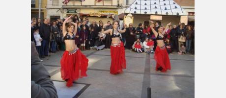 Bailarinas en mercado medieval