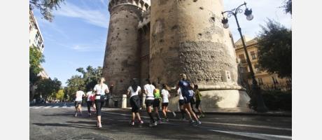 El maratón a su paso por la Torres de Quart