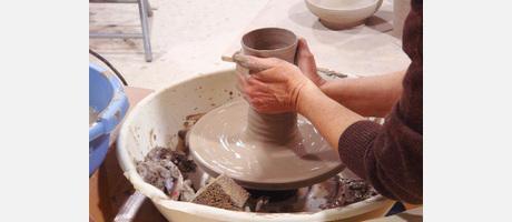 manos torneando un trozo fresco de arcilla