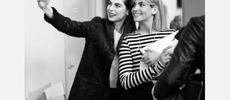 Dos modelos y un selfie