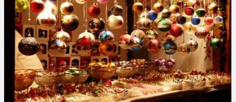 Imagen de un puesto navideño con las típicas bolas para el árbol