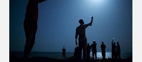 Fotografía de varias personas realizando una foto a la luna con su movil