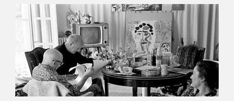 Fotografía en blanco y negro de Picasso viendo la tele