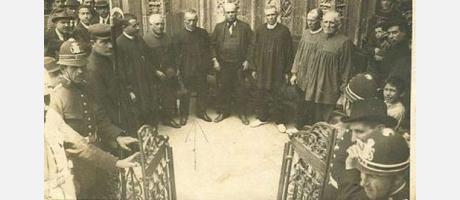Fotografía antigua del Tribunal de las Aguas en la puerta de la Catedral