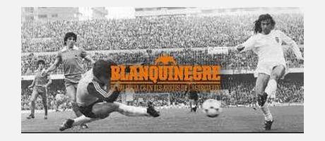 Fotografía en blanco y negro de un partido de fútbol