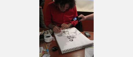 Ilustrador de cómic trabajando