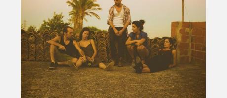 Grupo de personas reunidas sentadas en el suelo