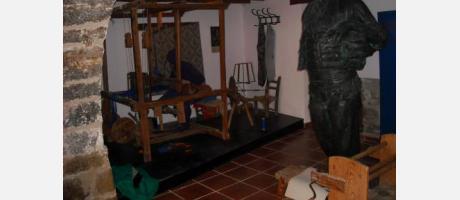 Muestra un telar antiguo y la figura de El Faixero