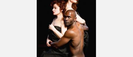 dos mujeres blancas y un hombre negro abrazándolas