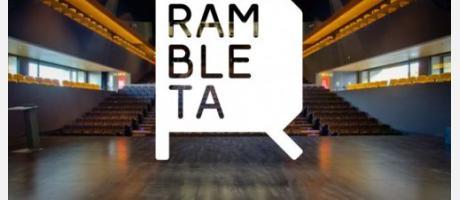 Logotipo de Rambleta sobre fotografía de una sala