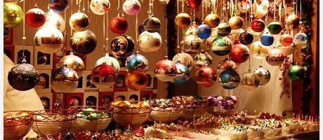 Foto navideña de la feria de artesanía de navidad en la plaza de la reina