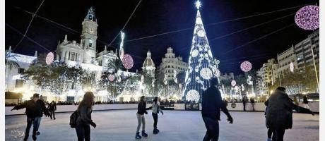 Personas patienando en la Pista de patinaje del Ayuntamiento