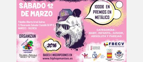 cartel anunciador donde se ve a un oso con gorra y gafas de sol sobre fondo rosa