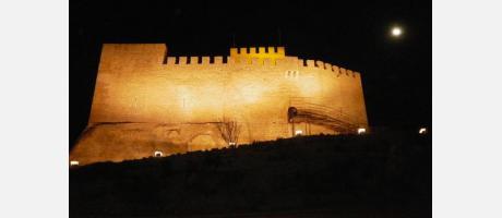 Castillo de Petrer en noche de luna llena.