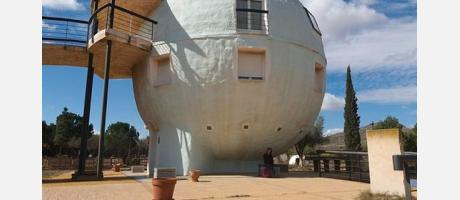 La famosa bola también es una vivienda vacacional