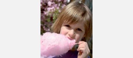 Niña comiendo algodón de azúcar