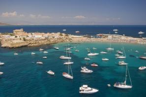 Barcos alrededor de la Isla Tabarca