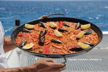 Navega en vela fins a l'Illa Tabarca i degusta una paella casolana en un lloc idíl·lic