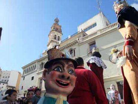 Gigantes y cabezudos take to the streets in Ontinyent