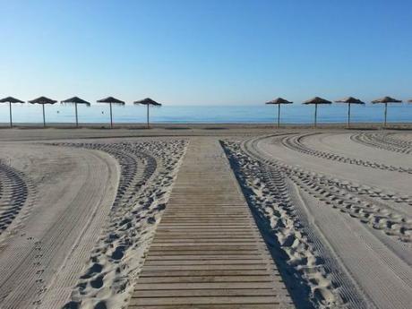 Actividades en las Playas: Gimnasia de Mantenimiento Municipal y Talleres Aquagym y Yoga de Cruz Roja